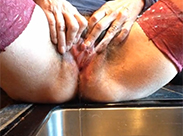 Behaarte Mutter pisst in Küche