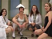 Lesben pissen im Doktorporno
