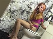 Asia Girl auf Toilette