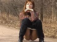 Russische Milf pisst im Park