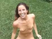 Sexy Amateurin pinkelt sich voll