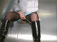 Amateurin pisst im Aufzug