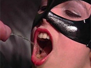 Maskierte Sklavin trinkt Pisse