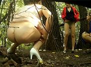 Alte Schlampen pissen im Wald