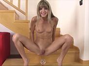 Junges Girl hat Spaß mit ihrem Urin