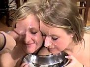 Zwei Schwestern bekommen Piss Bukkake