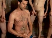 Anpissen in der Gay Orgie