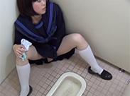 Asia Teen masturbiert auf Klo