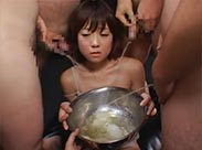Asia Sklavin wird mit Urin zwangsernährt