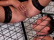 Dickbusige Femdom pisst Sklaven an