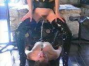 Super heiße Domina pisst ins Sklavenmaul