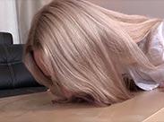 Sexy blonde Schlampe uriniert