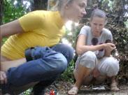 Freundinnen pinkeln im Wald