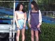 Asiatische Schulmädchen beim Pissen