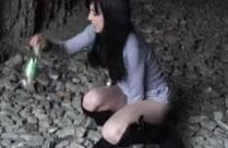 Mädchen pisst im hohen Bogen