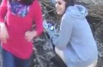 Mädchen die in der Natur pissen