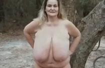 Fette Frau pisst nackt im Wald