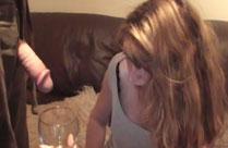 Frau trinkt Pisse aus dem Glas