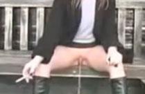 Pissen auf einer Parkbank sitzend