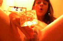 Frau pisst in ein Glas und trinkt es aus