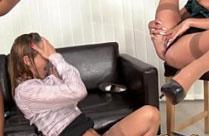 Frau pisst ihre Freundin an