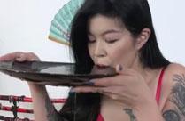 Asiatin trinkt ihren Urin