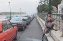 Pissende Mädchen in der Stadt