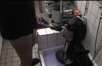 Ehefrau in der Dusche angepisst