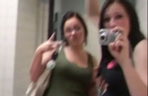 Mädchen filmen sich beim Pissen