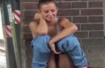 Frauen pissen in der Stadt