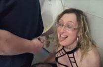 Devoter Frau in den Mund gepisst
