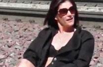 Frau masturbiert und pisst an Bahngleisen