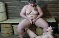 Lesbe pissst ihrer Freundin auf die Fotze