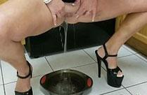 Frau pisst in eine Schüssel