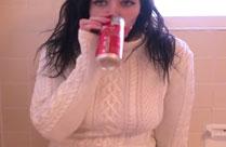 Mädchen trinkt und pisst auf den Boden