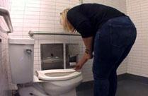Geiler Toilettenspanner Porno