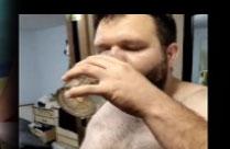 Mann trinkt seine Pisse