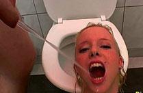 Blonde Frau als Toilette benutzt
