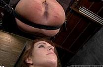 Sklavin pisst der Domina ins Gesicht