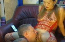 Asiatin pisst Mann in den Mund