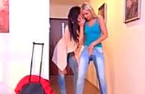Lesbe pinkelt sich in die Hose