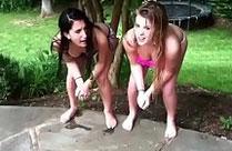 Mädchen pissen an öffentlichen Orten