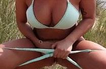 Sexy Hausfrau pisst für ihren Mann