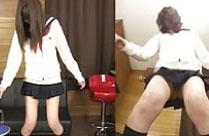 Japanische Schulmädchen spielen mit Pisse